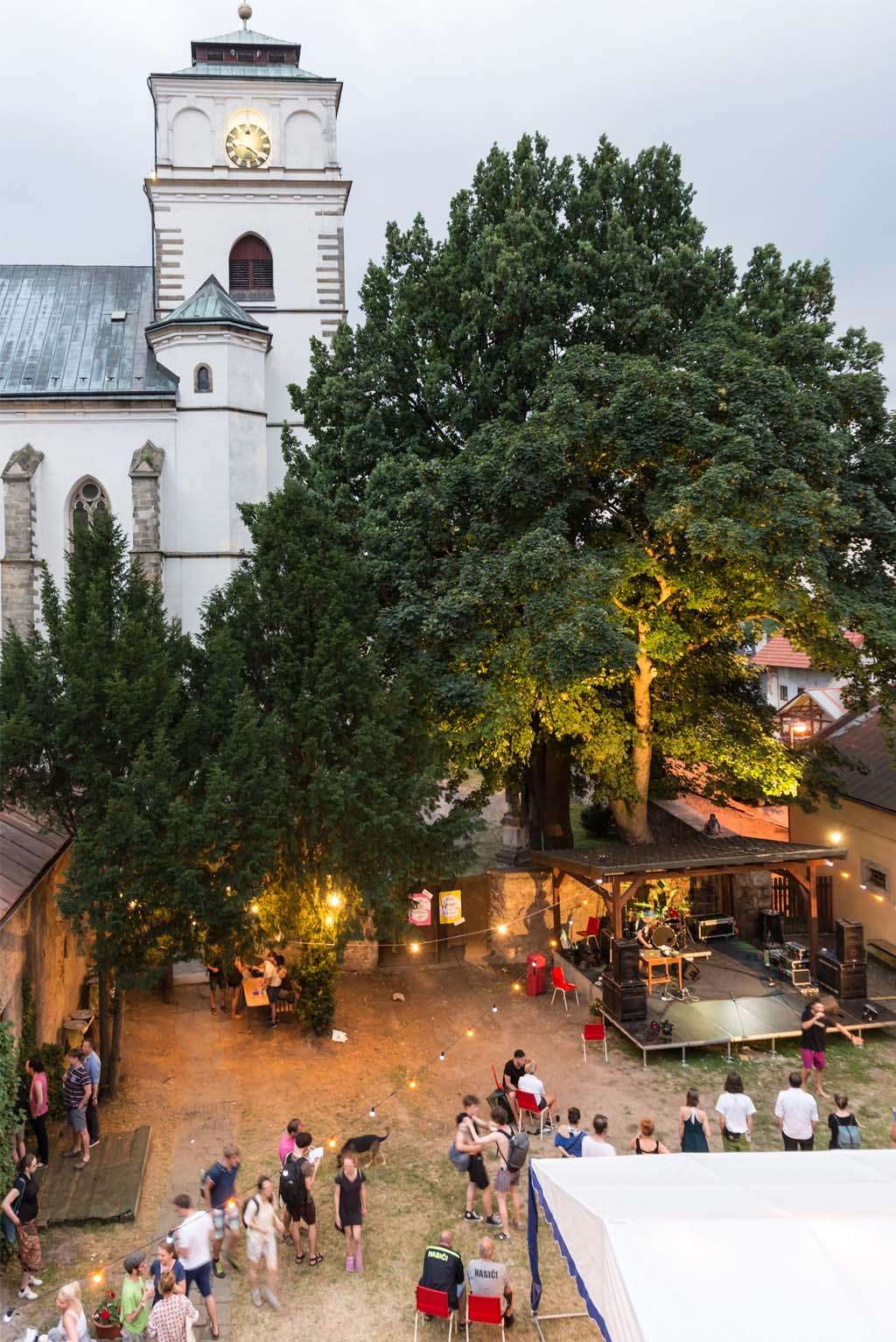 večer na zahradě Šrámkova domu v Sobotce